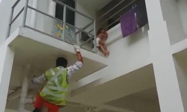 [VIDEO] Rùng mình màn giải cứu em bé bị kẹt đầu ở ban công