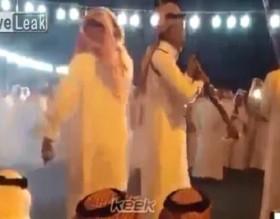 [VIDEO] Người đàn ông suýt mất mạng vì trò bắn súng trong lễ hội