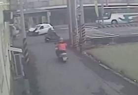 [VIDEO] Đi sai làn, rẽ không xi nhan, xe máy gây tai nạn thảm khốc