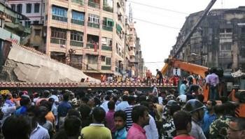 [VIDEO] Cầu sập đè hàng trăm người mắc kẹt, thương vong