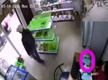video man ao thuat trom iphone ngay truoc mat chu