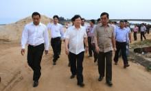 Phó Thủ tướng Trịnh Đình Dũng kiểm tra tình hình thiệt hại của ngư dân