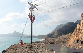 Người gắn bó với dòng điện trên đảo xa
