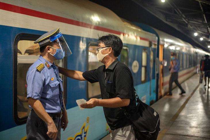 Buồn, vui tiếp viên đường sắt