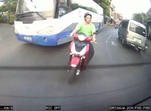 [VIDEO] Tài xế xe khách phẫn nộ vì thanh niên 'SH' chạy xe ngông cuồng