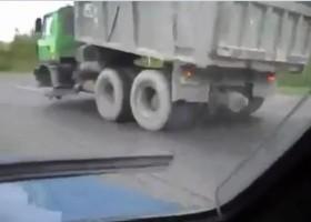[VIDEO] Xe tải mất bánh trước vẫn liều lĩnh chạy trên đường