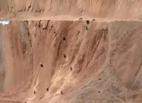 [VIDEO] Ấn tượng hàng trăm mô tô lao dốc gần 90 độ