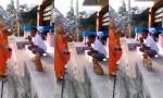 [VIDEO] Chú chó vái lạy khi nhà sư đọc kinh cầu nguyện
