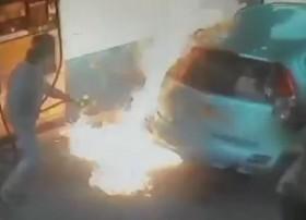 [VIDEO] Không xin được điếu thuốc, châm lửa đốt luôn ô tô ở cây xăng