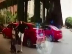 [VIDEO] Cô gái bị đánh gãy xương chỉ vì tạt đầu xe khiến vợ con tên côn đồ hoảng sợ