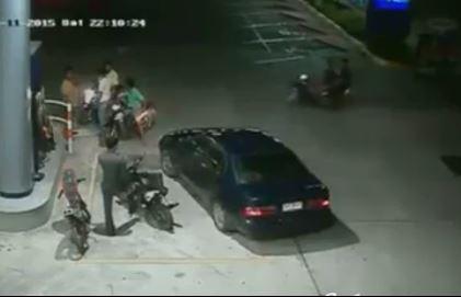 [VIDEO] Cảnh sát Thái Lan bị giang hồ đánh lén đến bất tỉnh