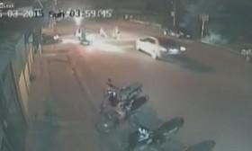 [VIDEO] Đánh nhau trên phố suýt bị ô tô tông chết