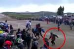 [VIDEO] CĐV bị ngựa đua chạy nước rút giẫm chết thảm