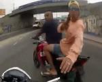 [VIDEO] Cướp táo tợn giữa ban ngày gặp ngay cảnh sát