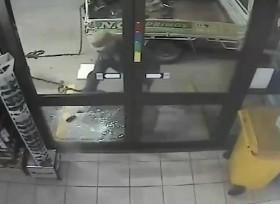 [VIDEO] Người đàn ông mang xích đi trộm ATM mất luôn cả xích