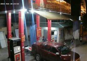 [VIDEO] Ô tô lùi xe tông đổ cây xăng ở Hà Nội