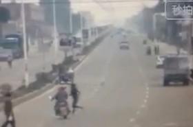 [VIDEO] Cô gái chạy bộ qua đường hất văng hai người đi xe máy