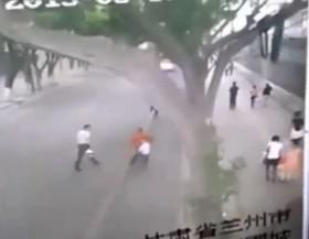 [VIDEO] Khoảnh khắc bức tường dài 20m đổ sập đè lên gần chục người đi đường