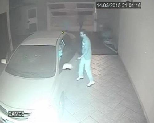 [VIDEO] Xộc vào gara, 3 tên cướp có súng bị chủ nhà rượt chạy bạt mạng