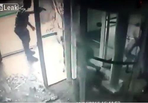 [VIDEO] Màn đấu súng kinh hoàng giữa một nhân viên bảo vệ và ba tên cướp