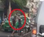 [VIDEO] Va chạm giao thông, đánh nhau ngay trước mặt công an