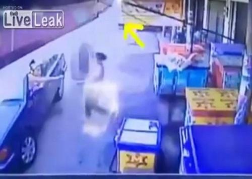 [VIDEO] Bánh xe 'tử thần' lao với vận tốc khủng suýt cướp đi tính mạng người phụ nữ