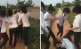 [VIDEO] 5 nữ sinh vừa cười cợt, vừa đánh đập bạn dã man