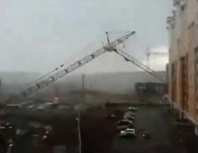 [VIDEO] Khoảnh khắc cầu cẩu đổ sập, đè bẹp ô tô