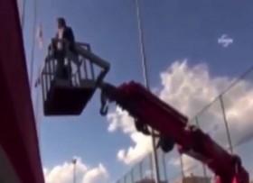 [VIDEO] HLV thuê xe cẩu theo dõi trận đấu sau khi bị cấm chỉ đạo 9 tháng