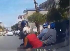 [VIDEO] Vượt ẩu, bố chở con nhỏ bị ô tô đâm ngã