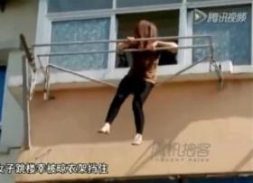[VIDEO] Thiếu nữ nhảy lầu may mắn mắc phải thanh phơi quần áo