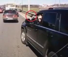 [VIDEO] Rút súng dọa tài xế khác để
