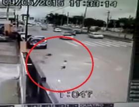 [VIDEO] Người mẹ cuống cuồng đuổi theo bé trai lao vút ra đường