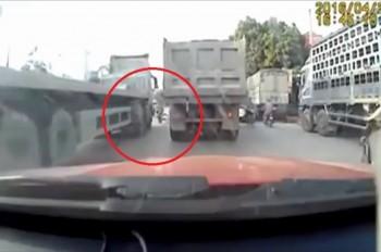 [VIDEO] Nam sinh thoát chết trước đầu container