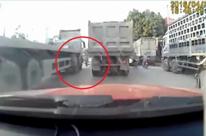 video nam sinh thoat chet truoc dau container