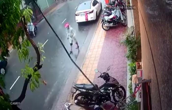 video thay troi mua trom dat ho xe may tren via he
