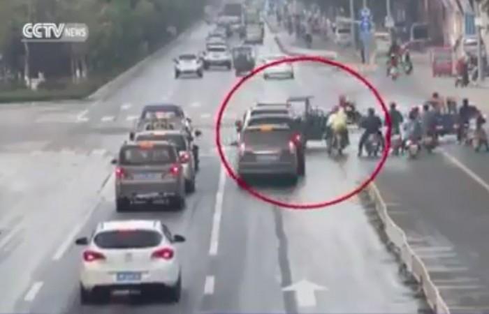 video xe khong nguoi lai quay loan tren duong