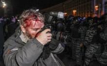 20 bức ảnh ấn tượng về lòng dũng cảm của phóng viên hiện trường