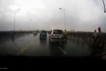 video vuot au lan lan tren cau vinh tuy xe may bi o to tong nga