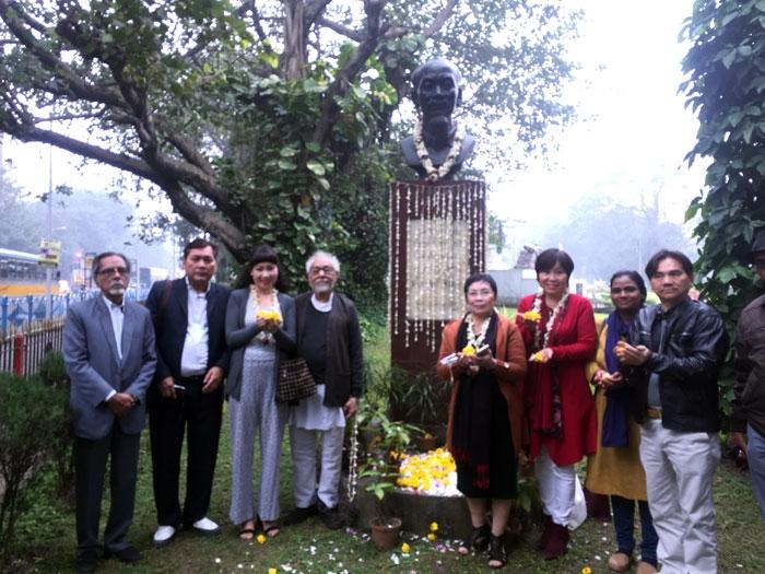 Geetesh Sharma  với đoàn nhà văn Việt Nam, bên tượng đài Hồ Chí Minh tại Ấn Độ