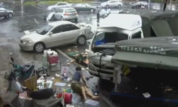 [VIDEO] Xe con đâm xe tải gây tai nạn liên hoàn khủng khiếp