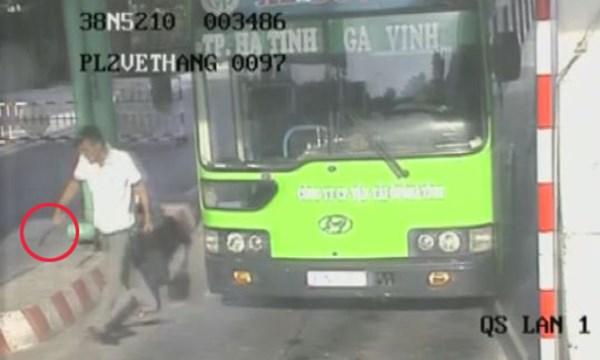 [VIDEO] Hành khách côn đồ ngủ gật cầm dao đâm phụ xe ở Nghệ An