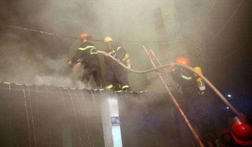Đà Nẵng: Cháy lớn tại kho chứa lốp cũ