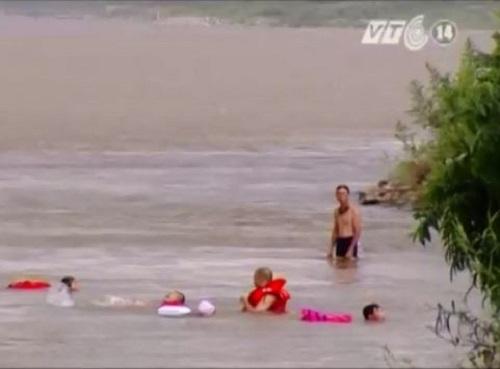 [VIDEO] Những bãi tắm tự phát trên sông Hồng của người Hà Nội