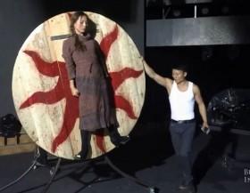 video phong 17 con dao lanh gay vao co gai tre nam tren bia xoay tron