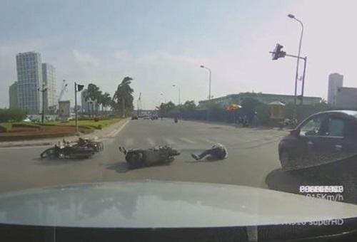 [VIDEO] Gây tai nạn khi vượt đèn đỏ cạnh chốt CSGT