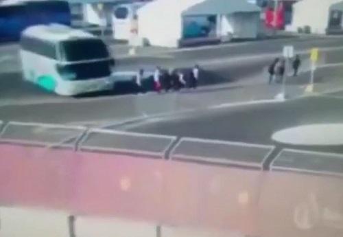 [VIDEO] Xe buýt 'điên' lao vào nhóm vận động viên, kéo lê người đi gần chục mét