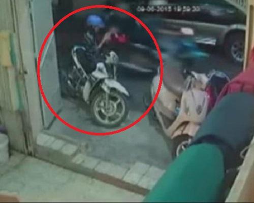 """[VIDEO] """"Lướt Facebook"""" thiếu cảnh giác, cô gái bị cướp điện thoại ngay trên vỉa hè"""