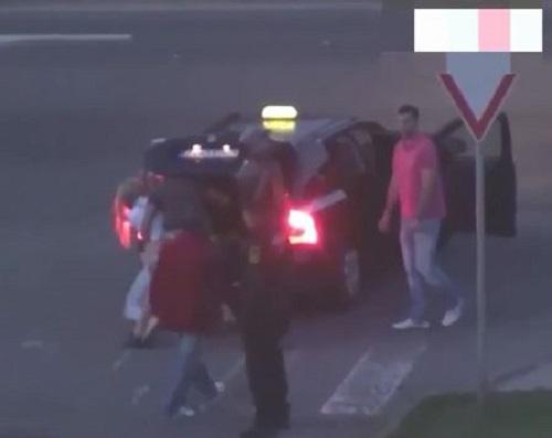 [VIDEO] Cô gái bị 5 gã đàn ông nhét vào cốp xe trước mặt cảnh sát