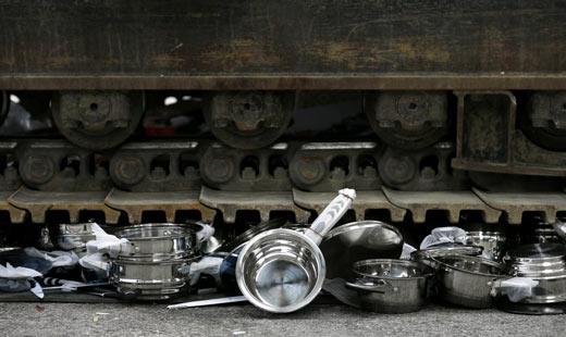 Thụy Sỹ: Tiêu hủy 1 tấn dụng cụ nhà bếp giả